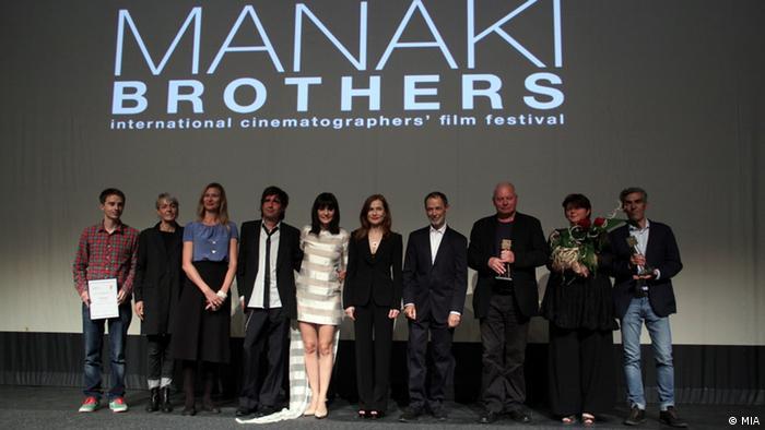 Filmschaffende stehen auf der Bühne des Manaki Brothers Film Festival (MIA)