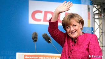 German Chancellor and conservative Christian Democratic Union (CDU) leader Angela Merkel waves to supporters during a CDU election campaign rally in Stralsund September 21, 2013. Merkel looks on track to win a third term in a weekend election in Germany but faced a battle to preserve her centre-right majority and avert a potentially divisive coalition with the centre-left.. REUTERS/Tobias Schwarz (GERMANY - Tags: POLITICS ELECTIONS) ***FREI FÜR SOCIAL MEDIA***