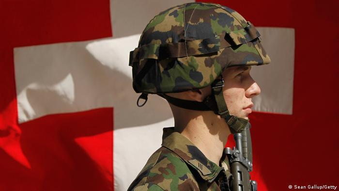 Schweiz Soldat vor Flagge