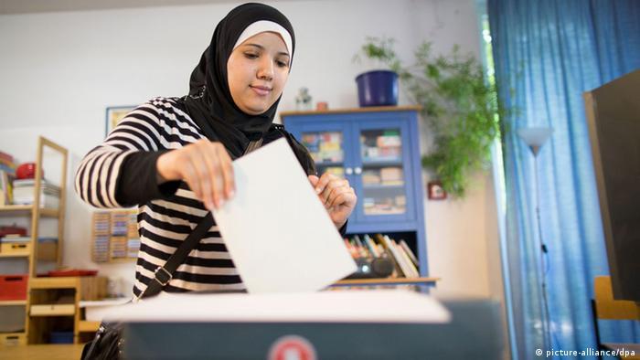 Bundestagswahl Deutschland 22.09.2013 Wahllokal Wahlurne (picture-alliance/dpa)