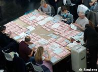 Помічники на виборах готуються до підрахунку голосів, поданих поштою, в Мюнхені у 2013 році