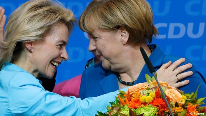 آنگلا مرکل، صدراعظم آلمان (راست) و اورزولا فن درلاین، وزیر دفاع کابینه جدید وی