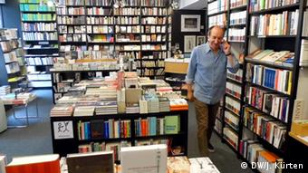 A man in his bookstore (DW/J. Kürten)