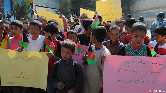 ده ها تن از کودکان مکتب در برابر پارلمان افغانستان تقاضای صلح وامنیت نمودند