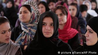 دختران بیشتر از همه در روستا های افغانستان از مسدود بودن مکاتب آسیب می بینند