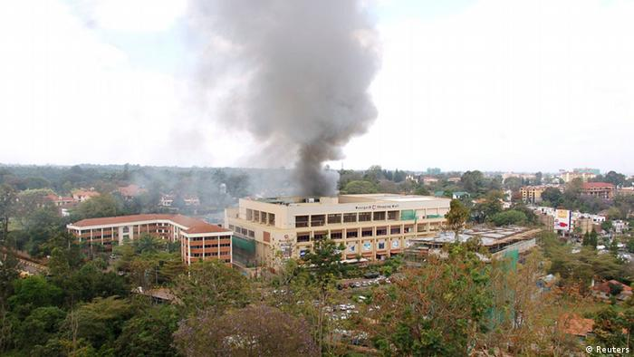Smoke rises from the Westgate shopping centre in Nairobi following a string of explosions during the third day of a stand-off between Kenyan security forces and gunmen inside the building September 23, 2013. Powerful explosions sent thick smoke billowing from the Nairobi mall where militants from Somalia's al Qaeda-linked al Shabaab group threatened to kill hostages on the third day of a raid in which at least 59 have already died. REUTERS/Johnson Mugo (KENYA - Tags: BUSINESS CIVIL UNREST CRIME LAW CITYSCAPE) ***FREI FÜR SOCIAL MEDIA***