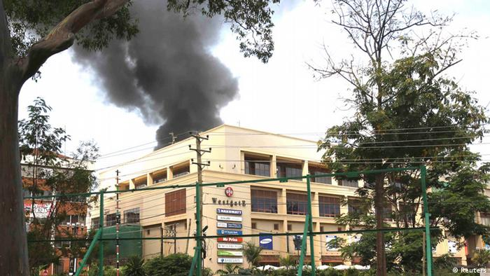 Smoke rises over Westgate shopping centre after an explosion in Nairobi, September 23, 2013. Powerful explosions sent thick smoke billowing from the Nairobi mall where militants from Somalia's al Qaeda-linked al Shabaab group threatened to kill hostages on the third day of a raid in which at least 59 have already died. REUTERS/Karel Prinsloo (KENYA - Tags: CIVIL UNREST CRIME LAW) ***FREI FÜR SOCIAL MEDIA***