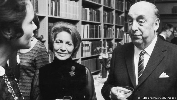 Neruda, eşi Matilda ile birlikte Stockholm'de Nobel Edebiyat Ödül töreni sonrası düzenlenen davette