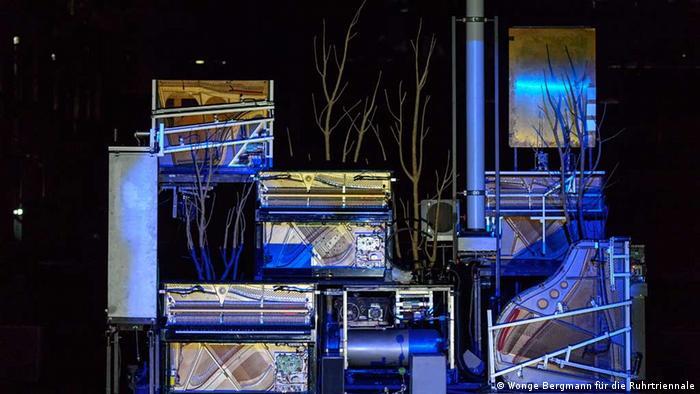 Пять нагроможденных друг на друга препарированных роялей - центральный элемент спектакля