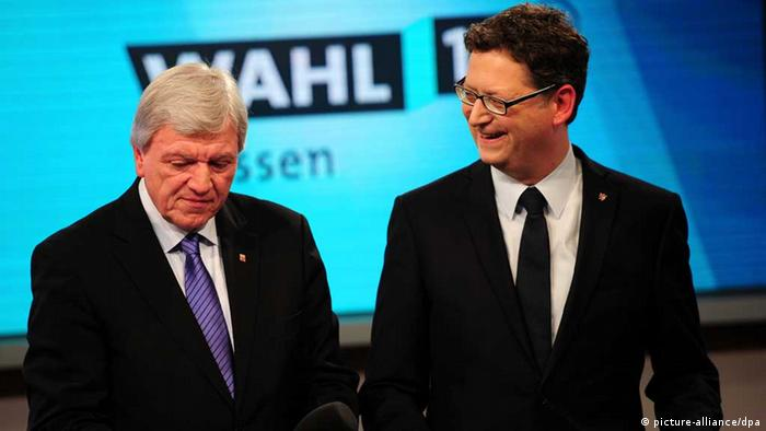 Volker Bouffier (CDU, l) and SPD lead candidate for the state, Thorsten Schäfer (Photo: Daniel Reinhardt/dpa)
