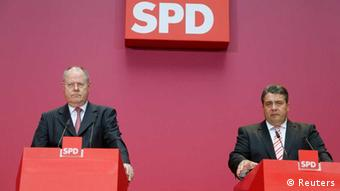 Social Democratic Party (SPD) top candidate Peer Steinbrueck and party leader Sigmar Gabriel (R) speak at a news conference at the SPD headquarters in Berlin, September 23, 2013. Germany's Angela Merkel began trying to persuade her centre-left rivals to keep her in power on Monday after her conservatives notched up their best election result in more than two decades but fell short of an absolute majority. REUTERS/Ralph Orlowski (GERMANY - Tags: POLITICS ELECTIONS)