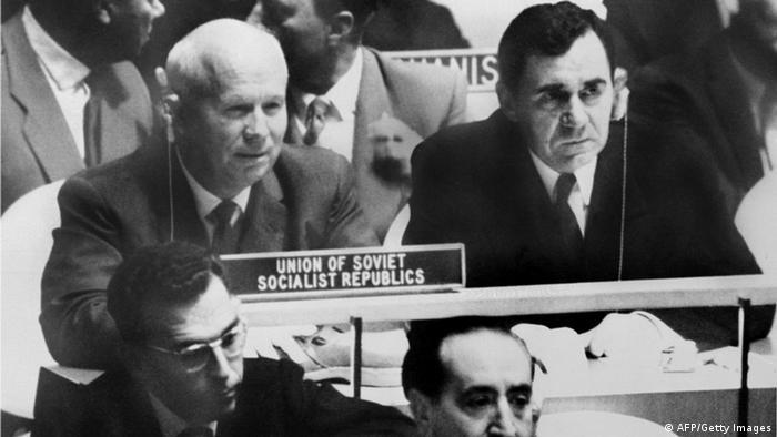 Nikita Chruschtschow und Andrei Gromyko. Davor ein Schuh. (Foto: AFP/Getty Images)