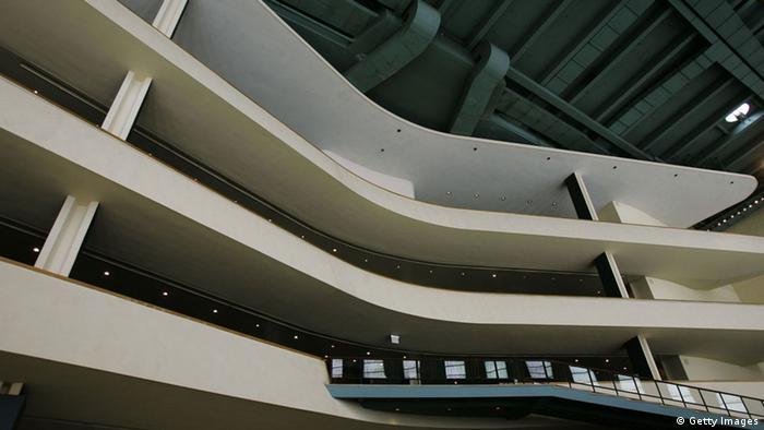 Die weiße, geschwungene Galerie iin der Lobby des UN-Hauptquartiers. (Foto: Chris Hondros/Getty Images)