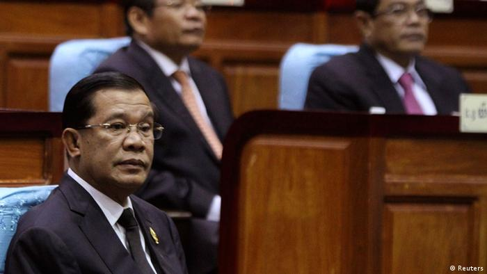 Prime Minister Hun Sen (L) attends a meeting at the National Assembly in central Phnom Penh September 24, 2013 (Photo: REUTERS/Samrang Pring)