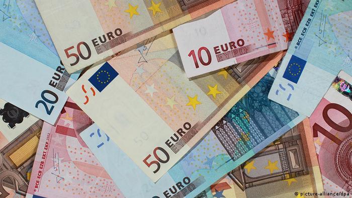 ARCHIV - SYMBOLBILD - Banknoten von 50, 20 und 10 Euro, liegen am 29.09.2010 in Magdeburg auf einem Haufen. Das Geldvermögen der privaten Haushalte in Deutschland klettert ungebremst auf immer neue Rekordhöhen. Gleichzeitig bauen die Menschen Schulden ab, obwohl die Zinsen extrem niedrig sind. Foto: Jens Wolf/dpa (zu dpa Geldvermögen der Deutschen klettert ungebremst weiter vom 29.07.20139 +++(c) dpa - Bildfunk+++
