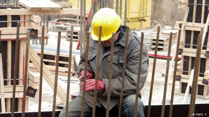 Таджикский рабочий на стройке в России