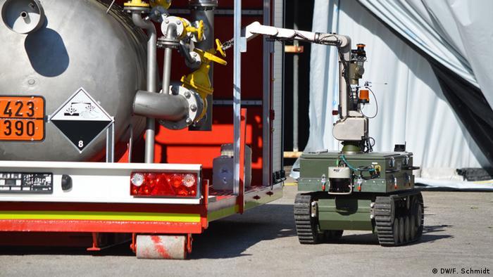 Telob-Roboter schließt Drehventil (Foto: DW/Fabian Schmidt).
