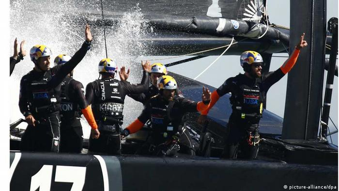 Das Oracle Team USA hat nach einem 1:8-Rückstand gegen das Emirates Team Neuseeland auf 8:8 ausgeglichen (Foto: dpa) San Francisco, California, U.S - Oracle Team USA celebrate as they cross the finish line to beat Emirates Team New Zealand during the America's Cup Final in San Francisco