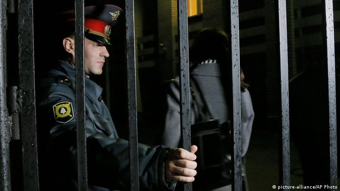 Российский полицейский у решетки в здании мурманского суда