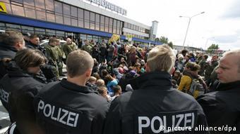 Mit einer Sitzblockade demonstrieren im Juni 2009 in Schönefeld Abschiebungsgegner direkt vor dem Terminal (Foto: Bernd Settnik/dpa)