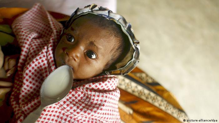 Кормление истощавшего ребенка на Мадагаскаре