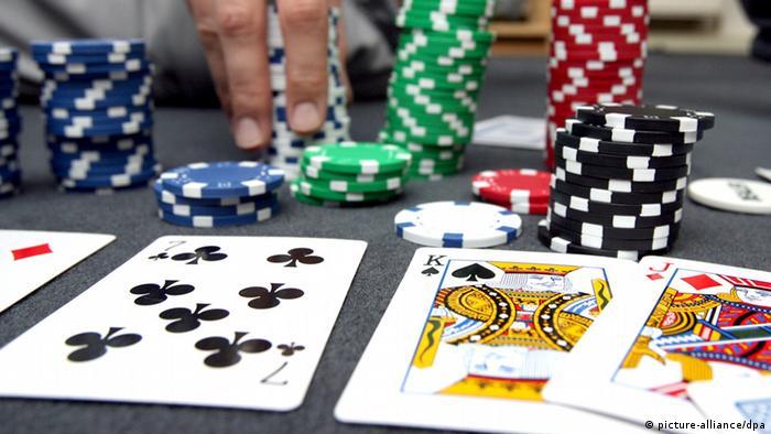 بازی پوکر (عکس از آرشیو)