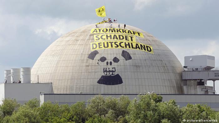 نیمههای یکی از شبهای تابستان سال ۲۰۰۹، تقریبا ۵۰ نفر از فعالان سازمان گرینپیس موفق شدند بهرغم همه کنترلها مخفیانه خود را به روی سقف یک نیروگاه اتمی آلمان برسانند و ۱۴ ساعت سقف نیروگاه را به تصرف خود درآروند. آنها بر روی سقف نیروگاه پارچههایی را نصب کردند که بر روی آن نوشته بود: «نیروی هستهای به آلمان زیان میرساند».