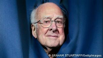 Peter Higgs schaut aus einem Vorhang (Foto: Graham Stuart/AFP/GettyImages