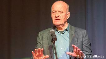 Götz Wolfgang Werner, Gründer der Drogeriekette dm und Vorkämpfer für ein bedingungsloses Grundeinkommen hält einen Vortrag in Bielefeld, Foto: Robert B. Fishman, ecomedia, 10.4.2013