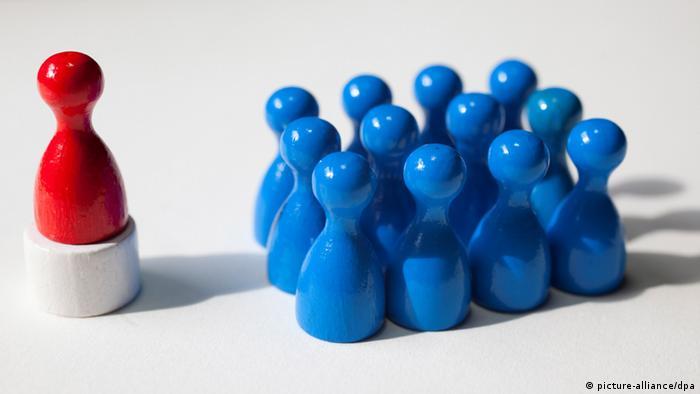 Красный кегль возвышается над группой синих