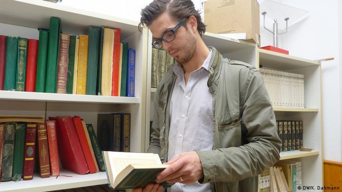 David Stang liest in der Bibliothek einer Bonner Hinterhofmoschee. - Copyright: DW/K. Dahmann