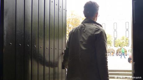 David Stang tritt aus dem Portal des Bonner Münsters. Er ist aus der Katholischen Kirche ausgetreten und zum Islam konvertiert. Aufnahmedatum: 20.9.2013 Copyright: DW/K. Dahmann