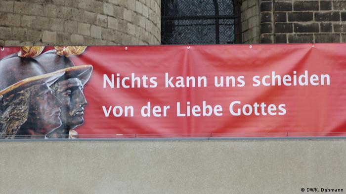 Plakat Nichts kann uns von der Liebe Gottes scheiden am Bonner Münster - Copyright: DW/K. Dahmann