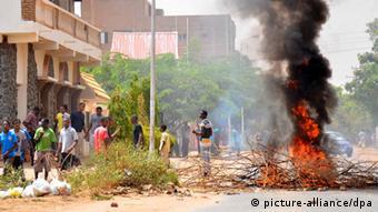 Proteste gegen steigende Treibstoffkosten im Sudan September 2013 (picture-alliance/dpa)