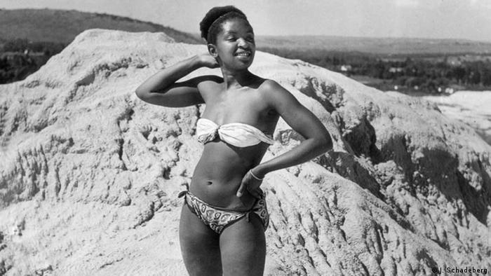 Black and white photo, jazz star and actress Dolly Rathebe wears a bikini Copyright: Jürgen Schadeberg
