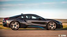 BMW i8, 2013. Als Sportwagen einer neuen Generation präsentiert die BMW Group den BMW i8. Das zweite Modell der neuen Marke BMW i kombiniert ein Plug-in-Hybrid-Antriebssystem mit einer Fahrgastzelle aus carbonfaserverstärktem Kunststoff (CFK) und einem Aluminiumrahmen für Motoren, Energiespeicher und Fahrwerk. copyright: (c) BMW zugeliefert von: Pablo Kummmetz ***Benutzung: Nur für redaktionelle Zwecke im Zusammenhang mit dem Auto.***