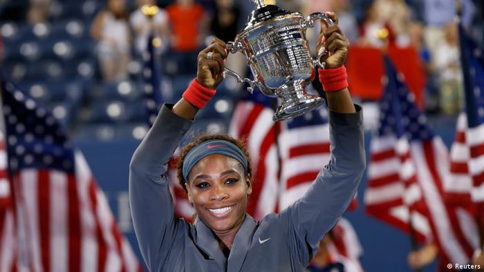 Serena Williams of the U.S. raises her trophy at the U.S. Open tennis championships in New York September 8, 2013. REUTERS/Mike Segar
