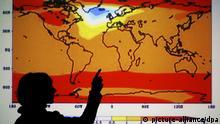 ARCHIV - ILLUSTRATION - Eine Mitarbeiterin des Potsdamer Instituts für Klimaforschung (PIK) erläutert an einer Computersimulation das Szenario der globalen Erwärmung zwischen den Jahren 1900 und 3000. Im Bild zu sehen ist eine Simulation für das Jahr 2470 mit einem Temperaturrückgang über dem nördlichen Atlantik. Die Erdtemperatur steigt derzeit nicht mehr so stark wie zuvor. Ist alles gar nicht so schlimm? Doch, sagen Klimaforscher. Am 27.09.2013 will der Weltklimarat den neuen Weltklimareport dazu herausgeben. Foto: Michael Hanschke/dpa (zu dpa Verschnaufpause in der Erderwärmung - aber keineswegs Entwarnung vom 26.09.2013) +++(c) dpa - Bildfunk+++