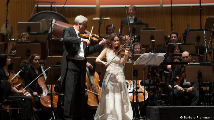 Patricia Kopatchinskaja alături de concertmaistrul Peter Rosenberg