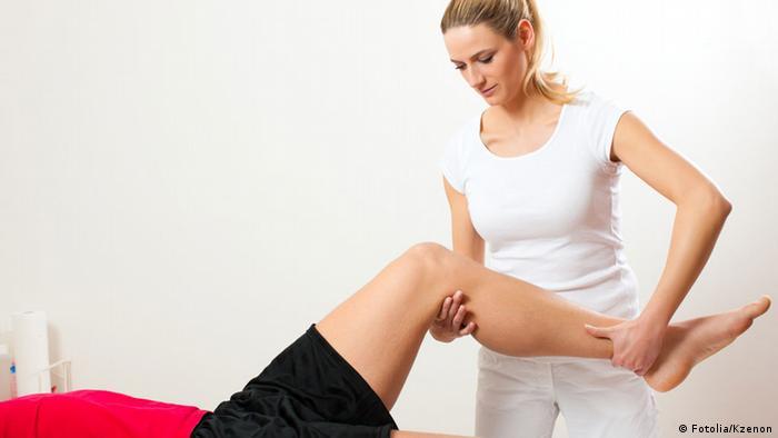 Eine Physiotherapeutin behandelt einen Patienten
