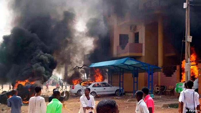 Autos und Geschäfte gehen in Flammen auf: Die Proteste gegen die Regierung unter Al-Baschir weiten sich aus (foto: REUTERS)