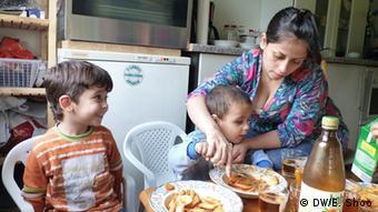 Сирийская беженка Гулистан Айо со своими сыновьями, Зинциг