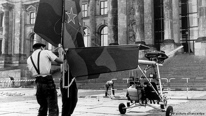 Самолетик братьев Бетке перед зданием Рейхстага
