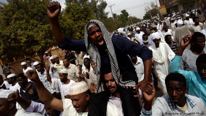 Anti-Regierungsproteste im Sudan Sudanese anti-government protesters chant slogans after the Friday noon prayer in the Omdurman district of northern Khartoum, Sudan, Friday, Sept. 27, 2013. Security forces opened fire on Sudanese protesters Friday, witnesses said, as thousands marched through the streets of the capital in an opposition push to turn a wave of popular anger over fuel price hikes into an outright uprising against the 24-year rule of President Omar al-Bashir. (AP Photo/Khalil Hamra)
