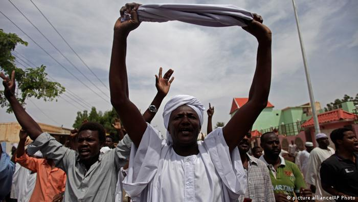 Muslimische Demonstranten singen Protestlieder am 27.09.2013 in Khartum, Sudan (Foto: AP Photo/Khalil Hamra).