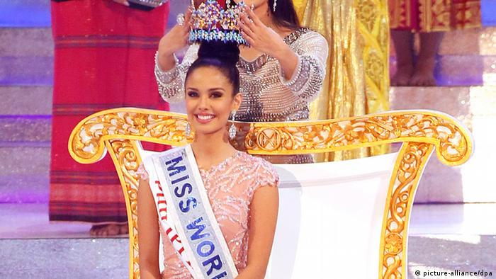 Miss World 2012, Yu Wenxia (rear) crowns Megan Young (C) of Philippines as the new Miss World 2013 during the grand finale of the Miss World 2013 beauty pageant held at Bali Nusa Dua in Bali, Indonesia (Photo: EPA/MADE NAGI)