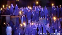 Der Gefangenenchor aus der Oper Nabucco singt bei der Probe am Montag (18.06.2001) in der Aufführung anlässlich des 100. Todestages von Giuseppe Verdi bei den diesjährigen Schlossfestspielen auf dem Alten Garten in Schwerin. Die Freilicht-Produktion des Mecklenburgischen Staatstheaters Schwerin hat am Donnerstag (21.06.2001) Premiere. dpa/lmv