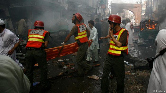 Rescue workers arrive at the site of a bomb attack in Peshawar September 29, 2013. Twin blasts in the northwestern Pakistan city of Peshawar killed 33 people and wounded 70 on Sunday, a week after two bombings at a church in the frontier city killed scores, police and hospital authorities said. REUTERS/Khuram Parvez (PAKISTAN - Tags: POLITICS CIVIL UNREST CRIME LAW)