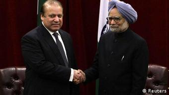 Pakistan's Prime Minister Nawaz Sharif (L) shakes hands with India's Prime Minister Manmohan Singh during the United Nations General Assembly at the New York Palace hotel in New York September 29, 2013. (Photo: Reuters)
