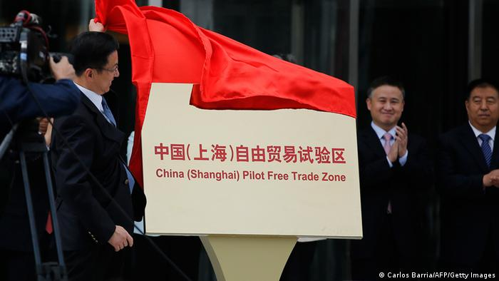 Shanghai Municipality Communist Party Secretary Han Zheng inaugurates the Shanghai Free Trade Zone during a ceremony in Pudong district of Shanghai on September 29, 2013. (Photo: AFP)